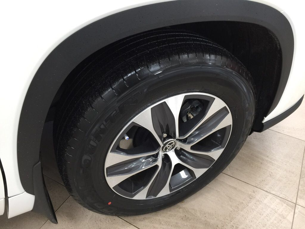 White[Blizzard Pearl] 2021 Toyota Highlander XLE Right Front Rim and Tire Photo in Sherwood Park AB