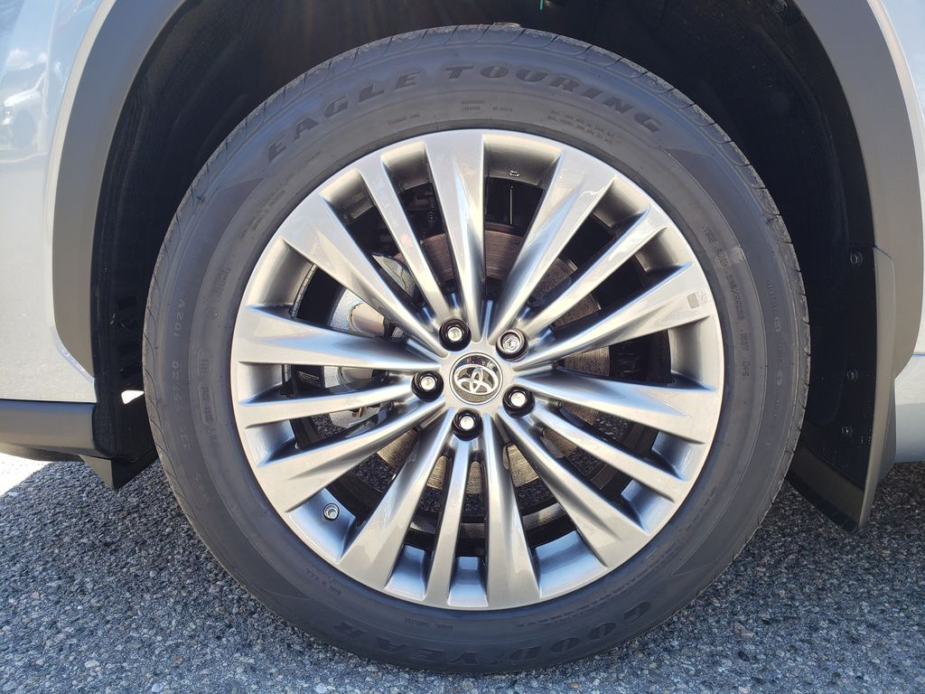 Gray[Moon Dust] 2021 Toyota Highlander Left Front Rim and Tire Photo in Kelowna BC