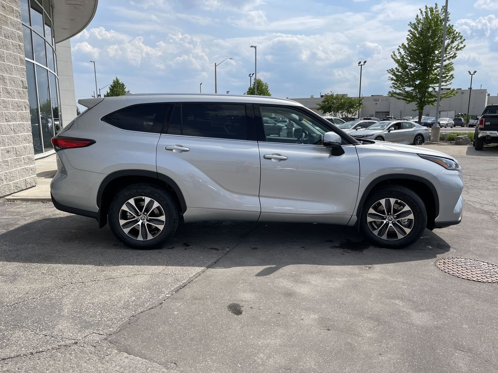 Silver[Celestial Silver Metallic] 2021 Toyota Highlander AWD XLE Standard Package GZRBHT AM Front Vehicle Photo in Brampton ON