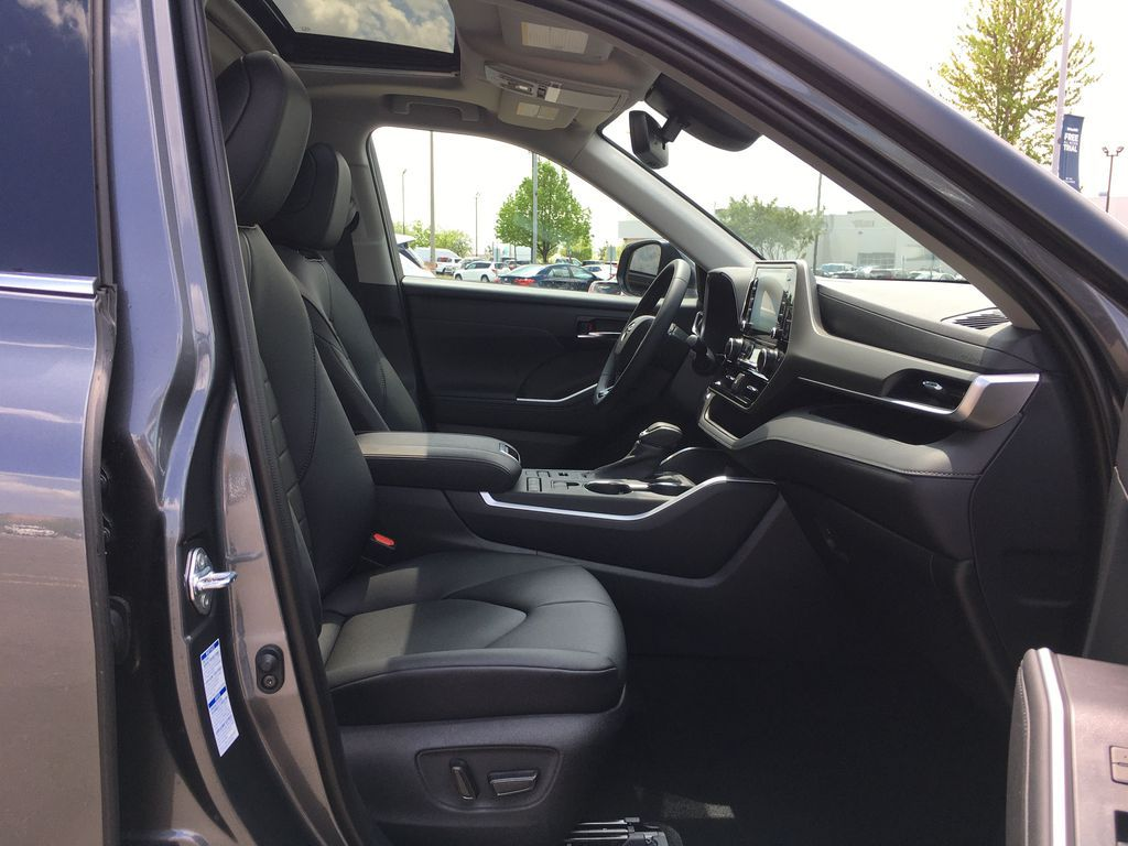 Gray[Magnetic Grey Metallic] 2021 Toyota Highlander AWD XLE Standard Package GZRBHT AM Right Front Corner Photo in Brampton ON