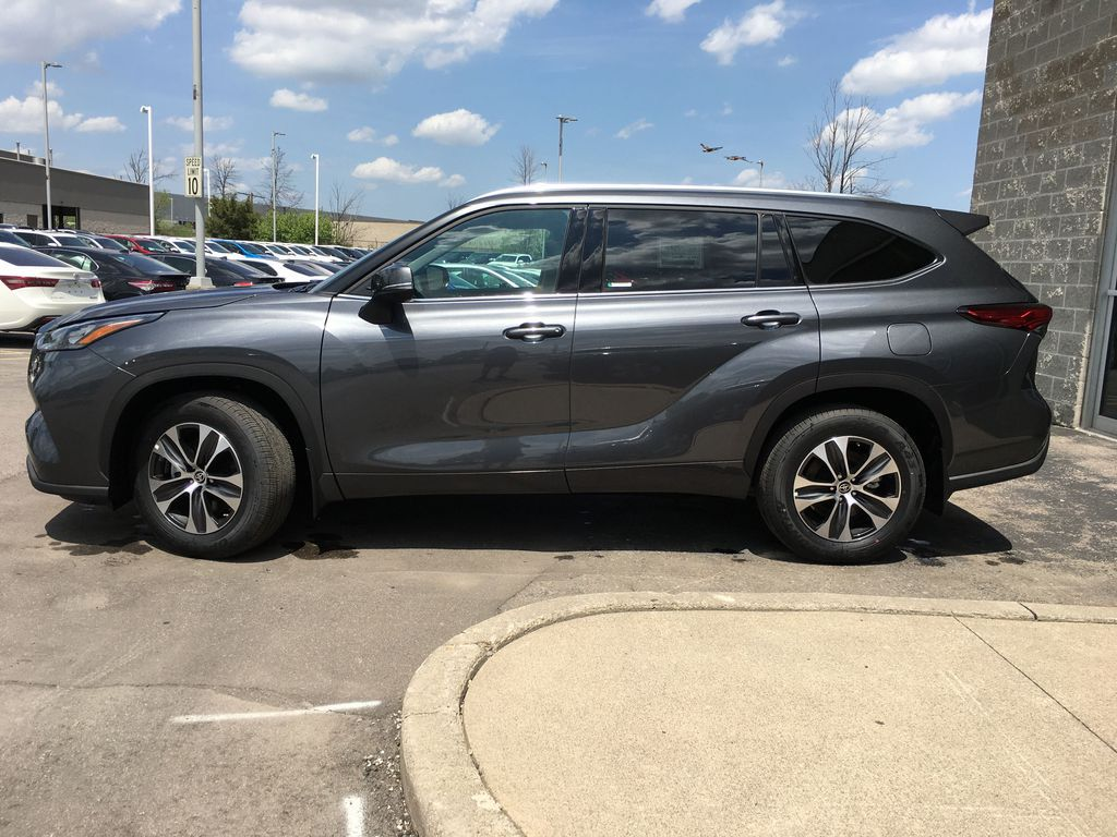 Gray[Magnetic Grey Metallic] 2021 Toyota Highlander AWD XLE Standard Package GZRBHT AM Left Front Rim and Tire Photo in Brampton ON