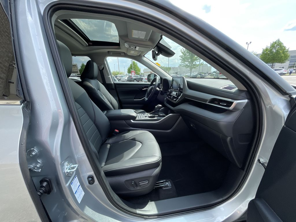Silver[Celestial Silver Metallic] 2021 Toyota Highlander AWD XLE Package GZRBHT AM Additional Photo 1 in Brampton ON