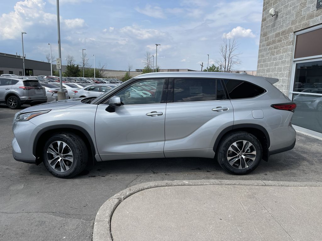 Silver[Celestial Silver Metallic] 2021 Toyota Highlander AWD XLE Package GZRBHT AM Left Front Rim and Tire Photo in Brampton ON