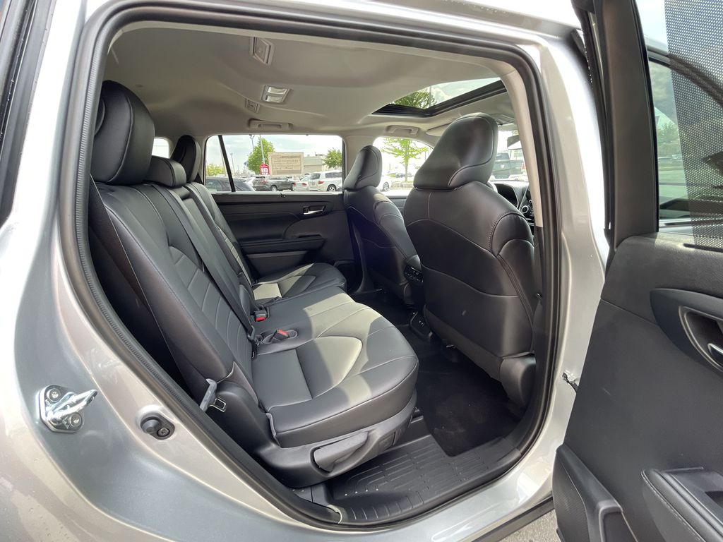 Silver[Celestial Silver Metallic] 2021 Toyota Highlander AWD XLE Package GZRBHT AM Additional Photo 3 in Brampton ON