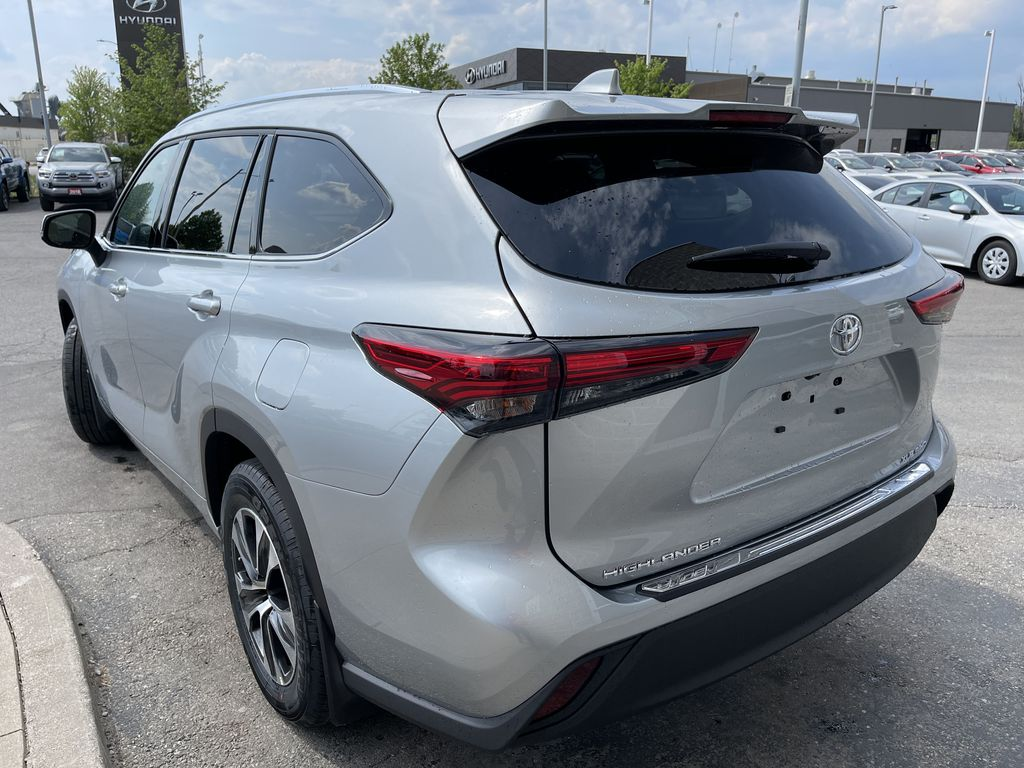 Silver[Celestial Silver Metallic] 2021 Toyota Highlander AWD XLE Package GZRBHT AM Left Front Interior Door Panel Photo in Brampton ON