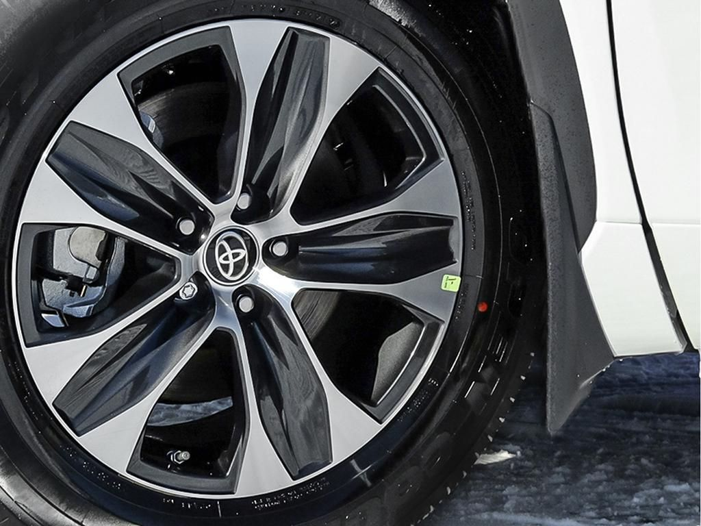 White[Blizzard Pearl] 2021 Toyota Highlander Left Front Rim and Tire Photo in Kelowna BC
