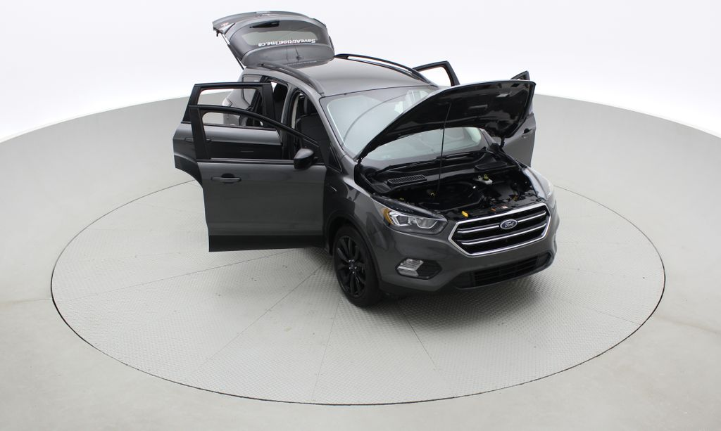 Gray[Magnetic] 2017 Ford Escape SE 4WD - Sport Package w/ Black Wheels / Grille Left Front Corner Photo in Winnipeg MB