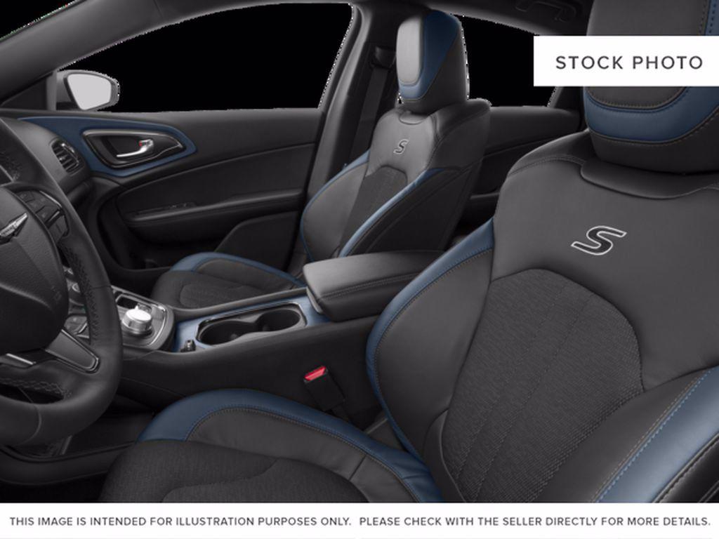 Black[Gloss Black] 2015 Chrysler 200 Left Front Rim and Tire Photo in Brandon MB