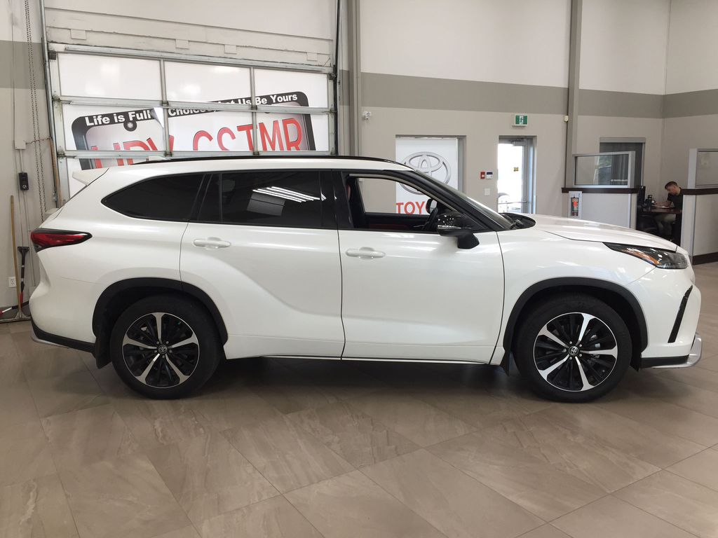 White[Blizzard Pearl] 2021 Toyota Highlander XSE AWD Right Side Photo in Sherwood Park AB