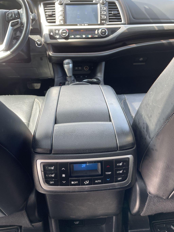 White[Blizzard Pearl] 2018 Toyota Highlander Right Rear Interior Door Panel Photo in Brampton ON