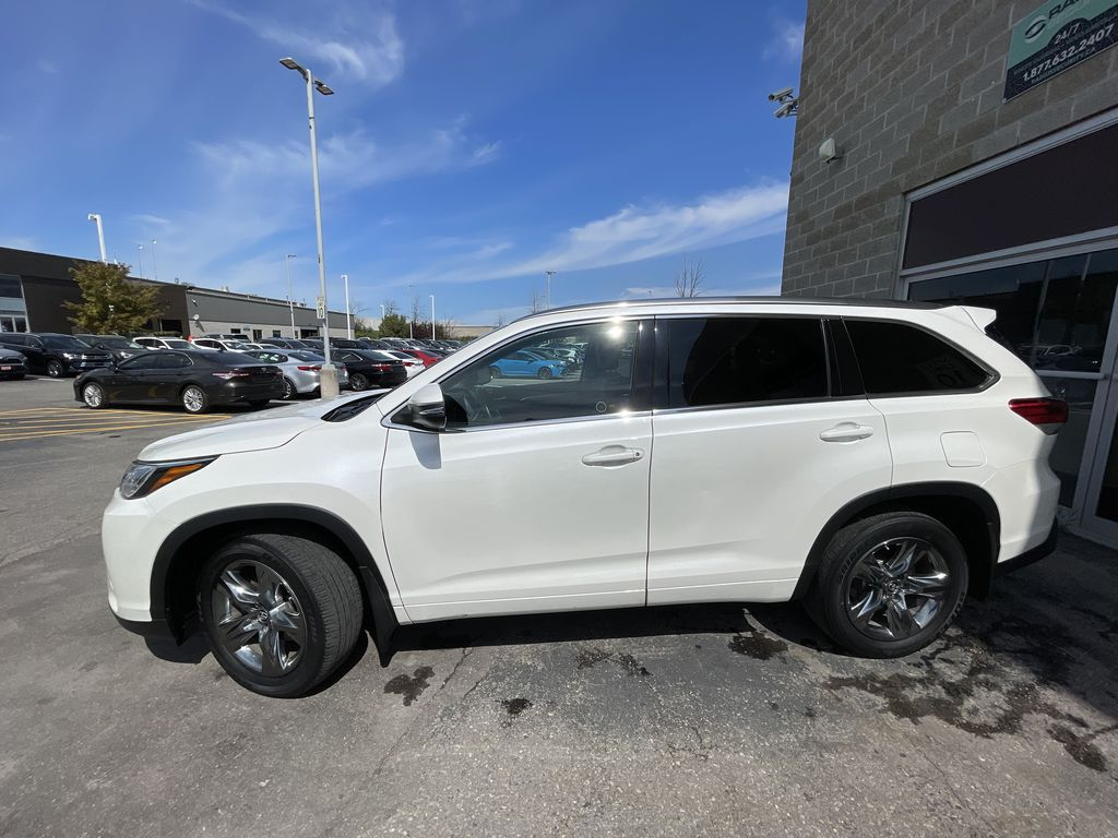 White[Blizzard Pearl] 2018 Toyota Highlander Left Front Rim and Tire Photo in Brampton ON