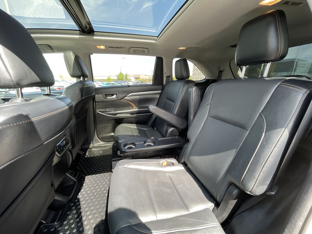 White[Blizzard Pearl] 2018 Toyota Highlander Right Side Front Seat  Photo in Brampton ON