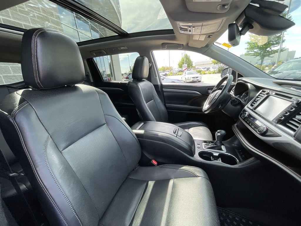 Blue[Shoreline Blue Pearl] 2017 Toyota Highlander clean Right Front Interior Door Panel Photo in Brampton ON