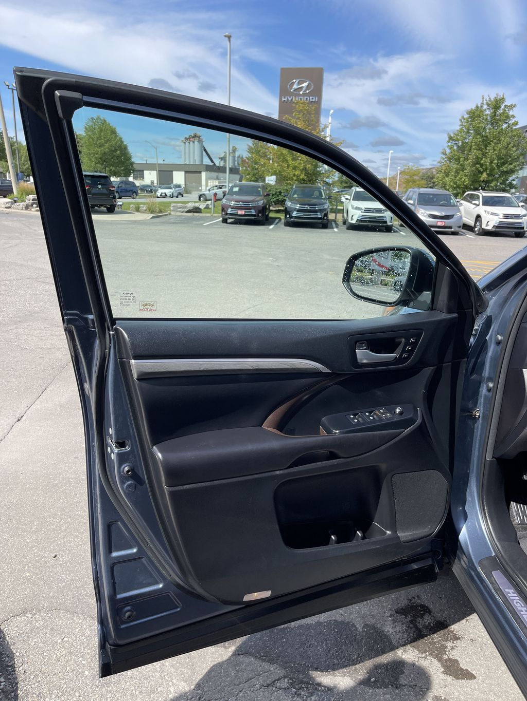 Blue[Shoreline Blue Pearl] 2017 Toyota Highlander clean Left Rear Interior Door Panel Photo in Brampton ON