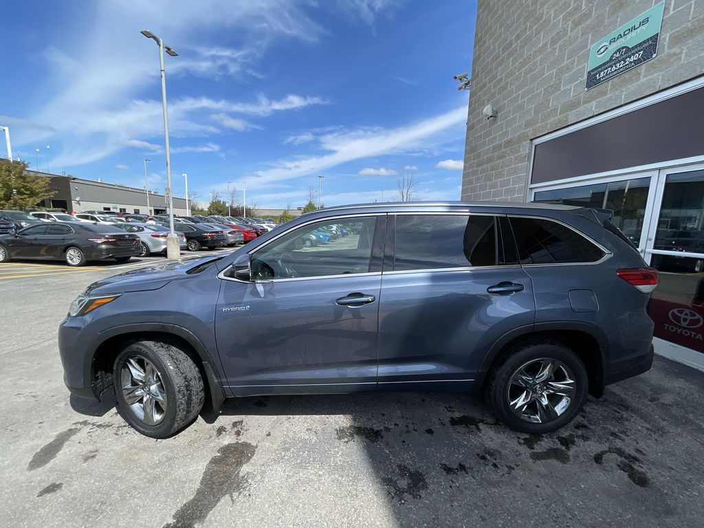 Blue[Shoreline Blue Pearl] 2017 Toyota Highlander clean Left Front Rim and Tire Photo in Brampton ON