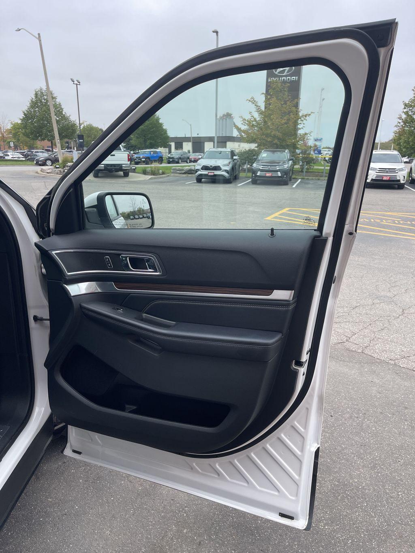 White[White Platinum Metallic Tri-Coat] 2017 Ford Explorer clean Navigation Screen Closeup Photo in Brampton ON