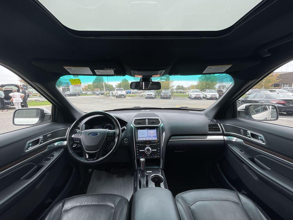 White[White Platinum Metallic Tri-Coat] 2017 Ford Explorer clean Right Side Front Seat  Photo in Brampton ON