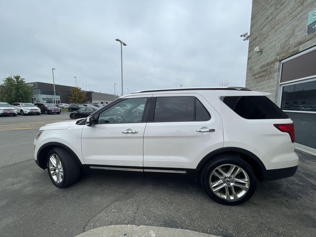 White[White Platinum Metallic Tri-Coat] 2017 Ford Explorer clean Left Front Rim and Tire Photo in Brampton ON