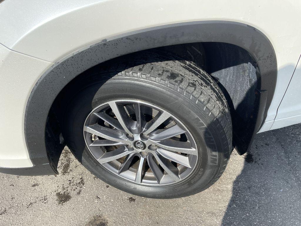 White[Blizzard Pearl] 2017 Toyota Highlander clean Left Front Corner Photo in Brampton ON