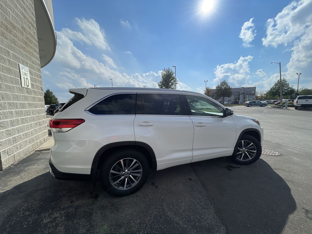 White[Blizzard Pearl] 2017 Toyota Highlander clean Front Vehicle Photo in Brampton ON