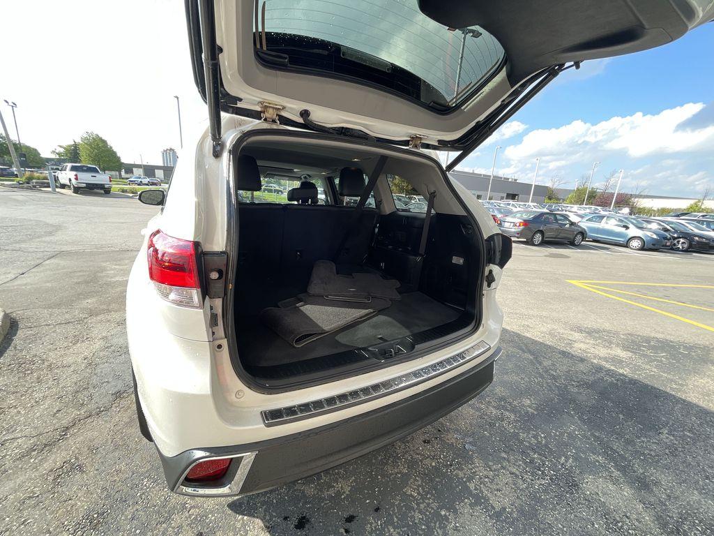 White[Blizzard Pearl] 2017 Toyota Highlander clean Left Rear Corner Photo in Brampton ON