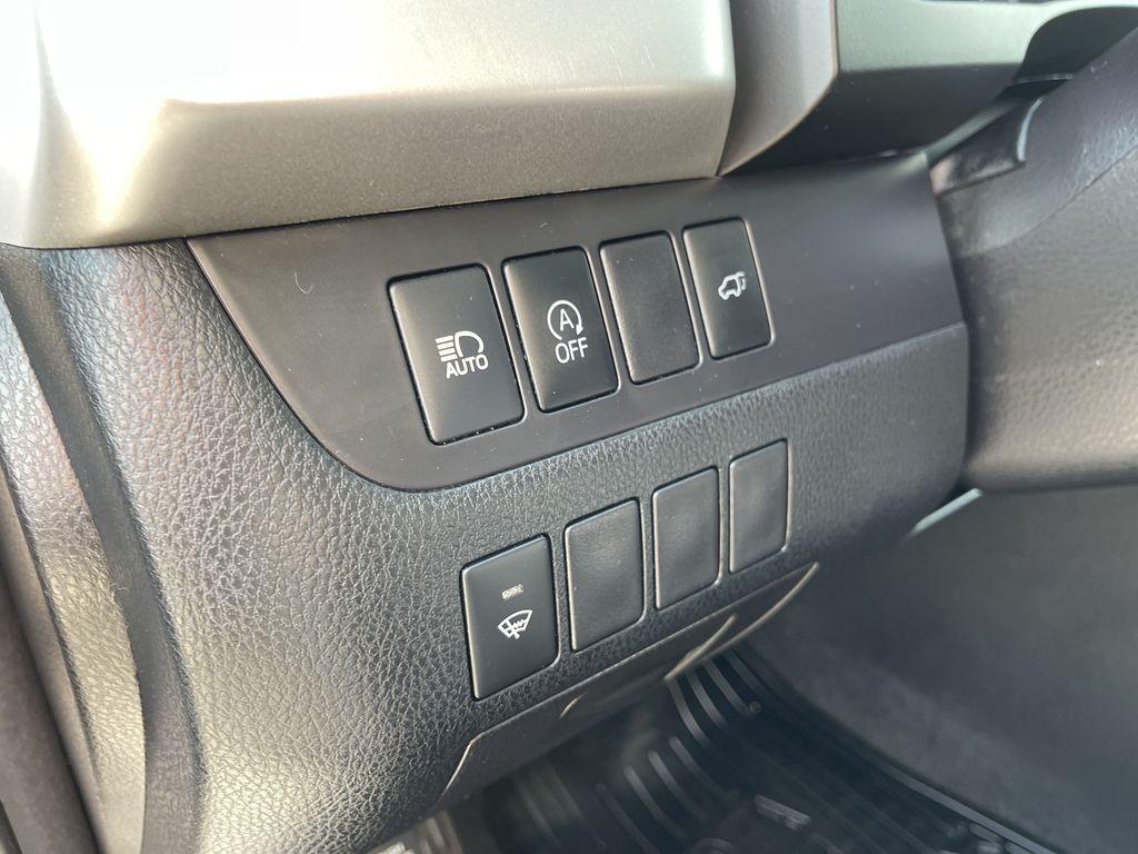 White[Blizzard Pearl] 2017 Toyota Highlander clean Navigation Screen Closeup Photo in Brampton ON
