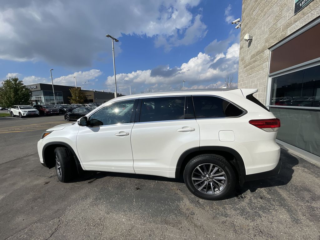 White[Blizzard Pearl] 2017 Toyota Highlander clean Left Front Rim and Tire Photo in Brampton ON