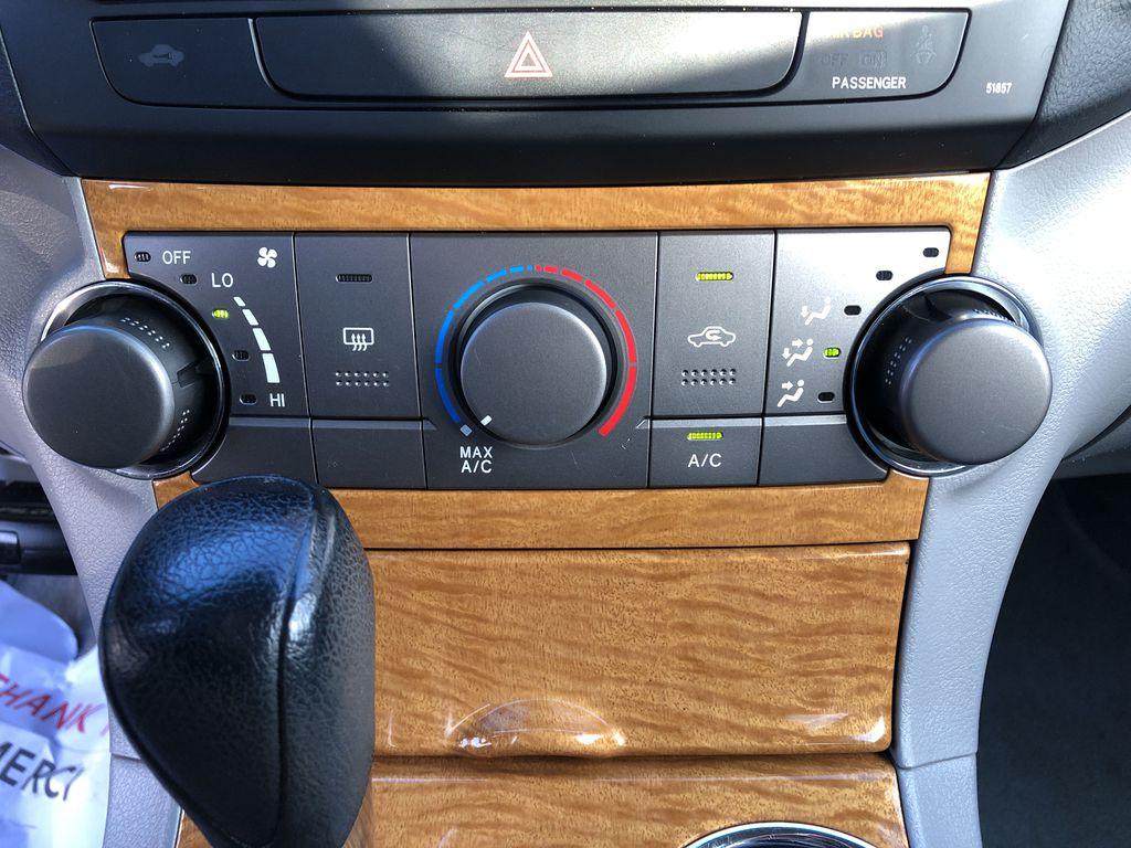 Silver[Classic Silver Metallic] 2009 Toyota Highlander Hybrid Additional Photo in Kelowna BC