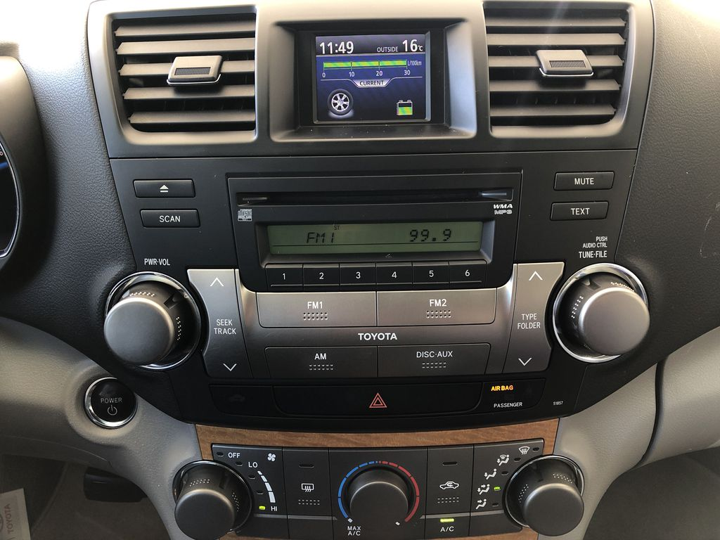 Silver[Classic Silver Metallic] 2009 Toyota Highlander Hybrid Central Dash Options Photo in Kelowna BC