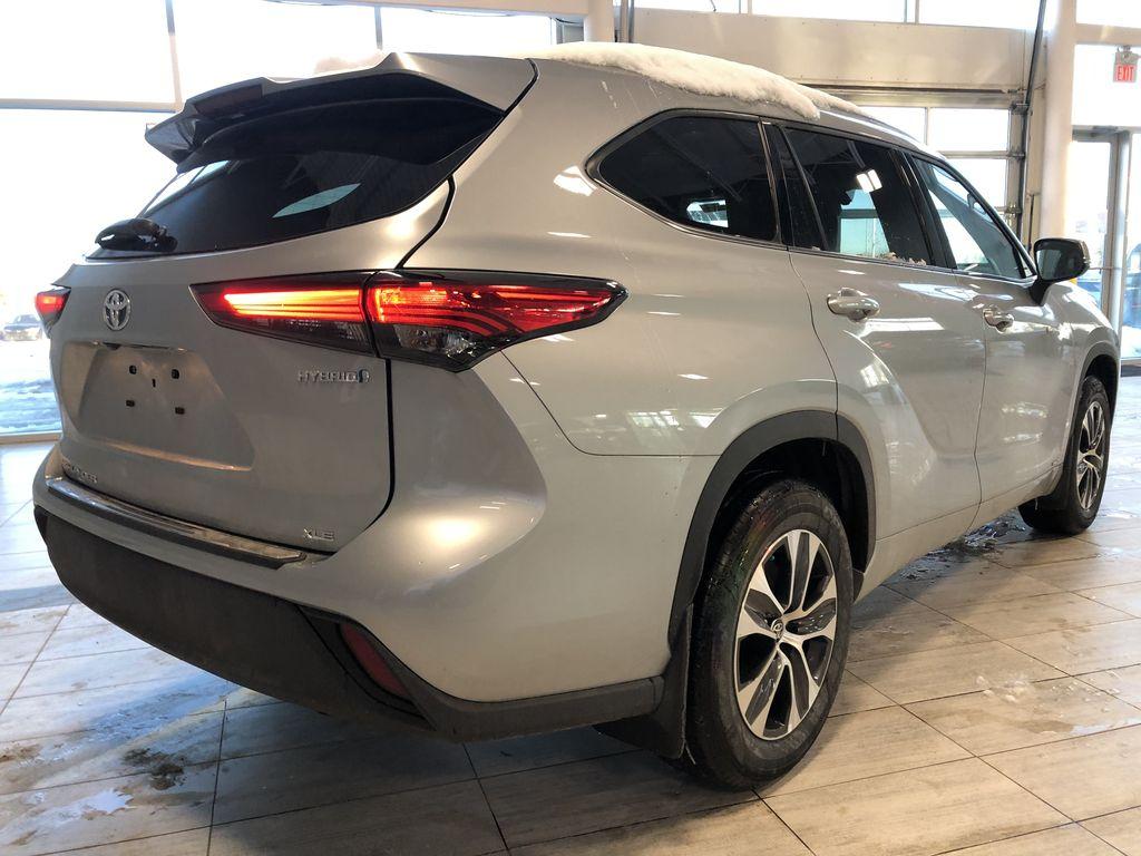 Celestial Silver Metallic 2021 Toyota Highlander Hybrid XLE Rear of Vehicle Photo in Edmonton AB