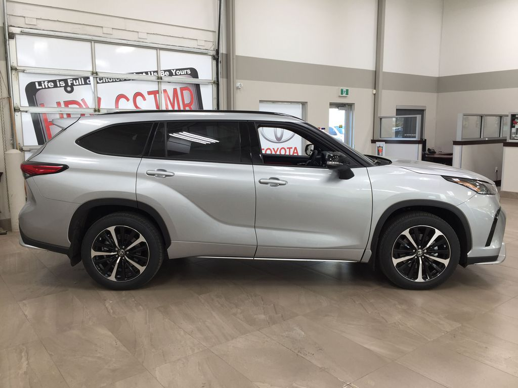 Silver[Celestial Silver Metallic] 2021 Toyota Highlander XSE Right Side Photo in Sherwood Park AB