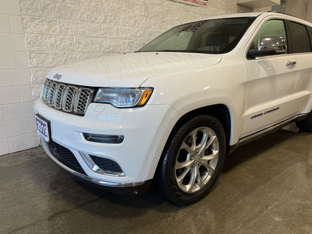 White[Bright White] 2019 Jeep Grand Cherokee Left Front Rim and Tire Photo in Belleville ON
