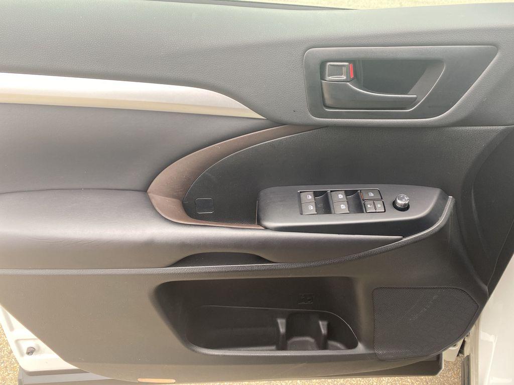 White 2018 Toyota Highlander Left Front Interior Door Panel Photo in Edmonton AB