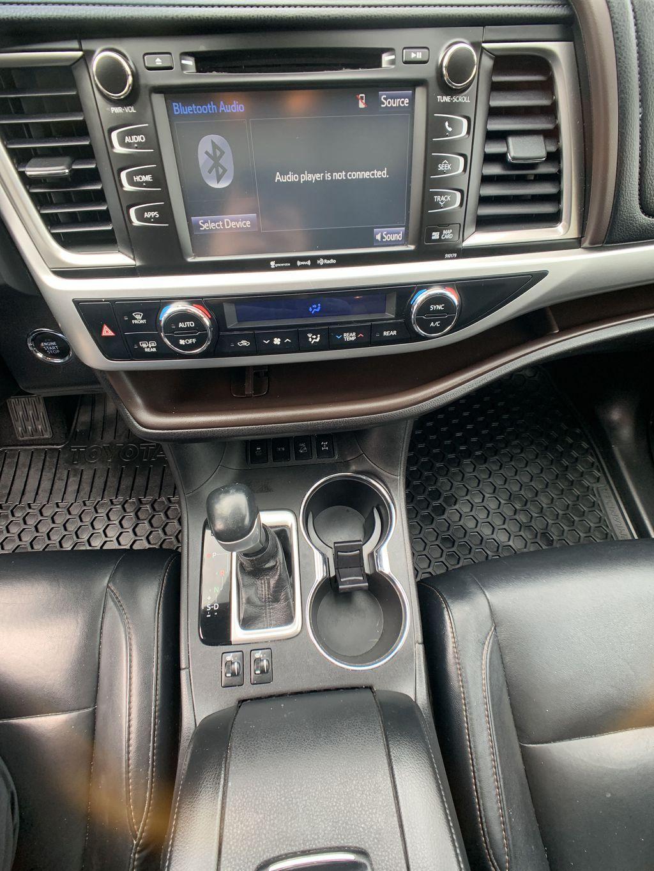 Black[Midnight Black Metallic] 2018 Toyota Highlander Navigation Screen Closeup Photo in Brampton ON