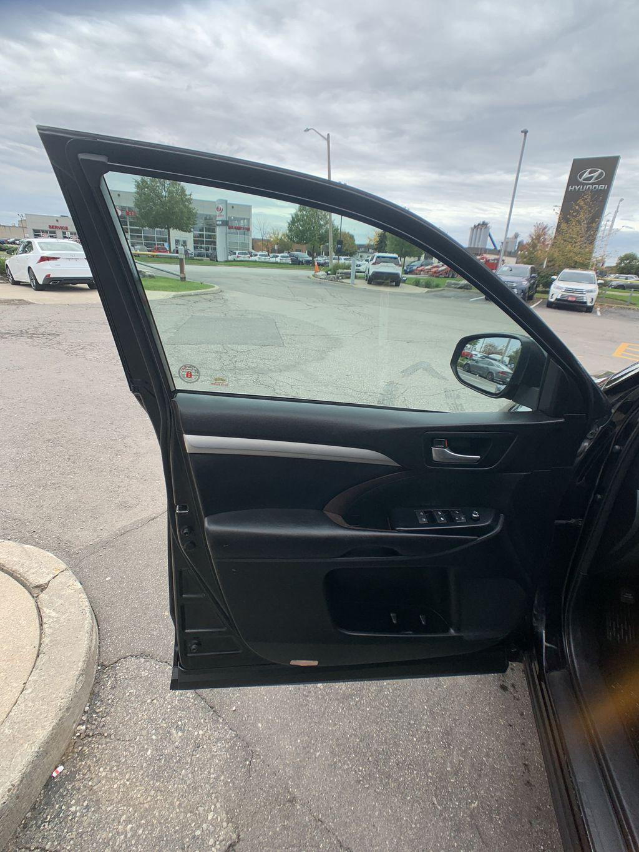 Black[Midnight Black Metallic] 2018 Toyota Highlander Front Vehicle Photo in Brampton ON